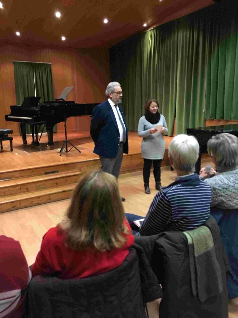 Il socio Giorgio Babbini con la prof.ssa Laura Pistolesi che introducono la serata
