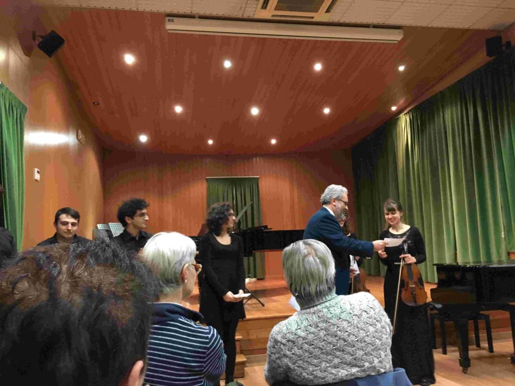 Giorgio Babbini mentre consegna il premio a Elisa Maria Mannucci