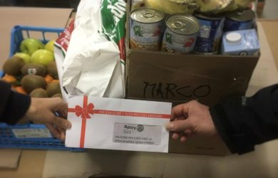 Banco di solidarietà. Il dono del Rotary accompagna il classico pacco che il volontariato Marco consegna